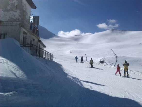 giornata favolosa...cielo azzurro...caldo e neve fresca e compatta...ok nel pomeriggio si e ammorbidita un po...ma era uno spettacolo sciare...piste favolose