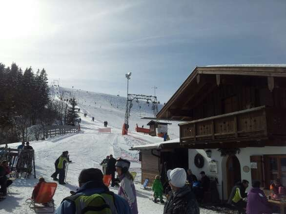 Die Piste ist gut,  vereinzelt vereist. .. trotzdem schöne Abfahrten.  Unbedingt die Skihütte besuchen!