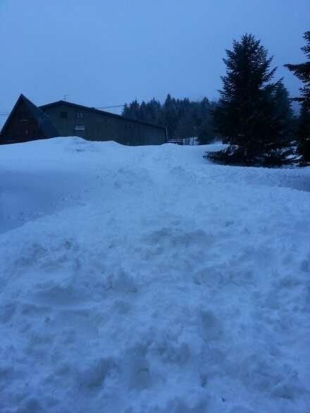 ca tombe et ca commence à être de plus en plus fort neige apparemment une bonne partie de la soirée et debut de nuit la dameuse vient de passer à 1 mètre de moi.