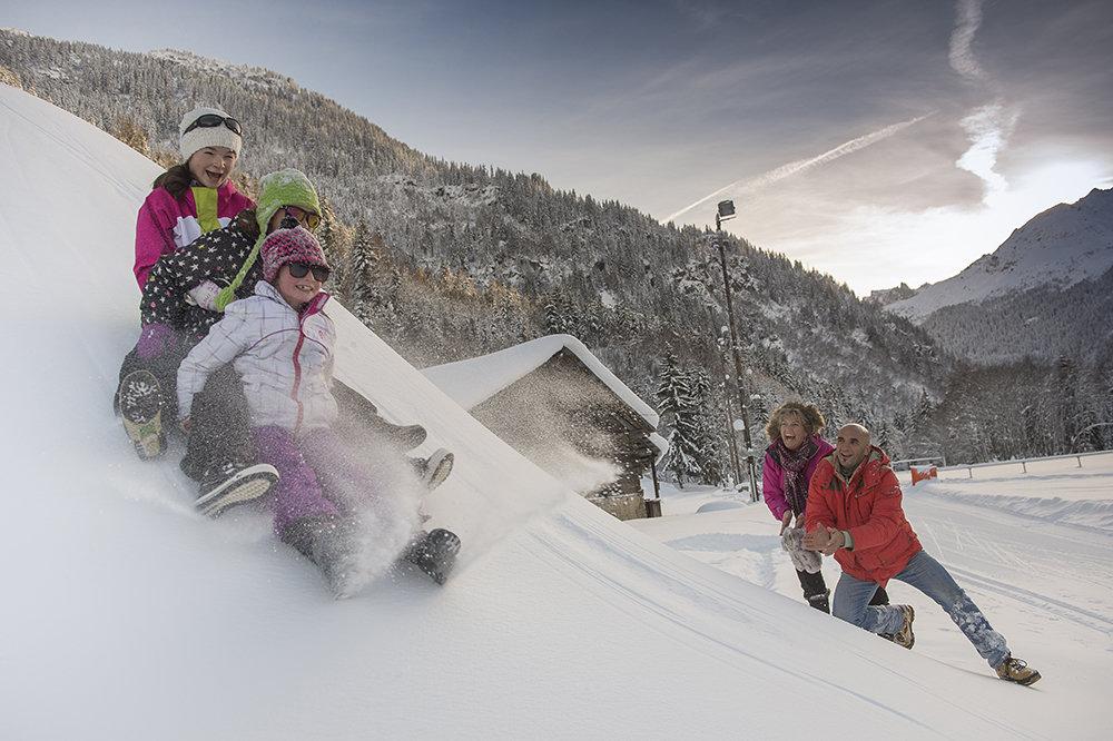 Moments de bonheur partagé en famille sur la piste de luge des Contamines - © OT les Contamines / Gilles Lansard