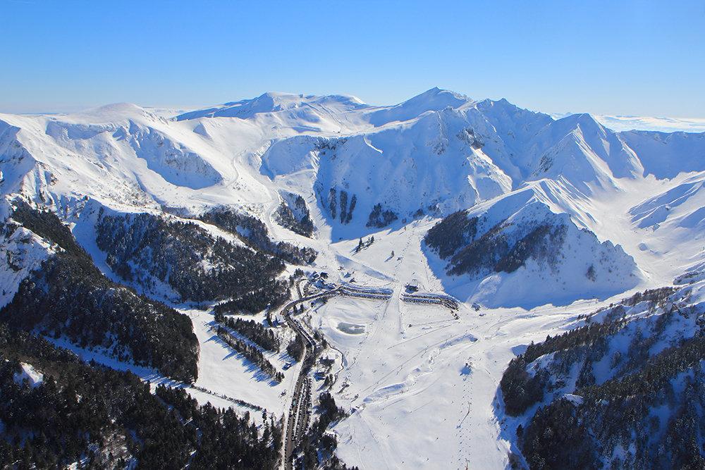 Vue aérienne du domaine skiable du Mont Dore - © OT du Sancy