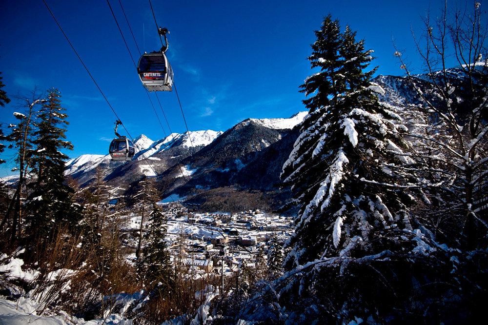 La Télécabine du Lys relie la station village de Cauterets à son domaine skiable - © NPY Cauterets