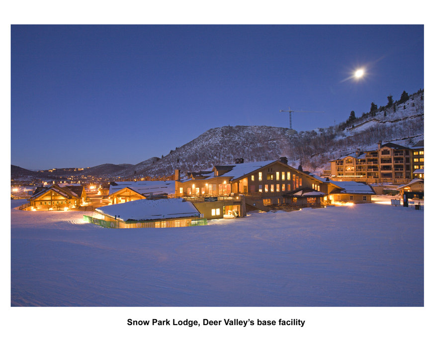 Suggestiva vista serale dello Snow Park Lodge a Deer Valley, Utah, coperto dalla neve
