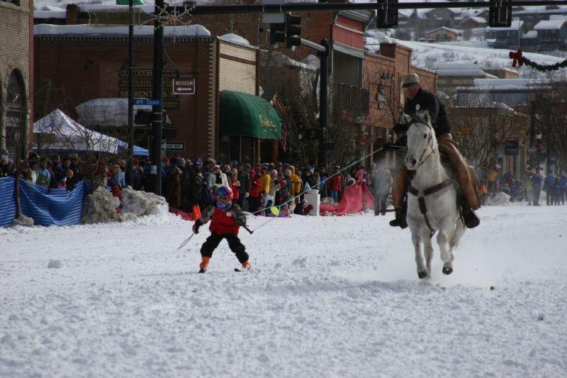 Sciatore trainato da un cavallo nel corso del Winter Carnival, festa invernale di Steamboat Springs, in Colorado