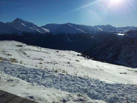 Temps magnifique. Malgré le manque de neige, la station fait un très bon travail afin d'offrir aux skieurs quelques pistes où le neige est tout à fait correcte. Les skis souffrent quand même un peu car il y a quelques cailloux.