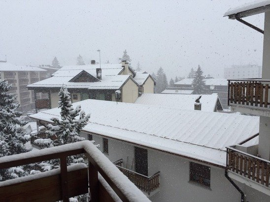 It's snowing in Sauze d'Oulx now. Lots of snow throughout the day. Conditions are looking great.