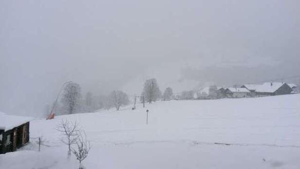 Es schneit schon seit gestern ununterbrochen.