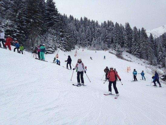 Nur eine Piste geöffnet, Mitte bis Tal, oben ganz geschlossen, völlig überfüllte Piste, das hat nichts mit Skifahren zu tun, schade ums Geld für die Liftkarte!!