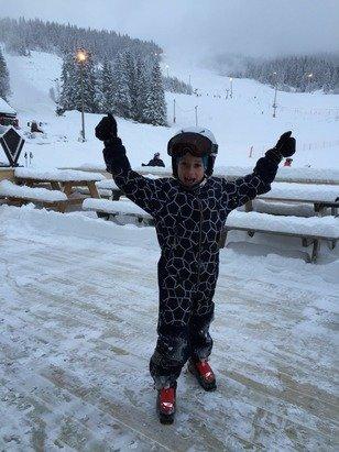 Masse fin snø søndag 11/1 15. En glad skigutt som har stått ned stor-bakken for første gang. Snøkanonene jobbet i bakgrunnen - så det gjøres mye for å lage gode forhold.