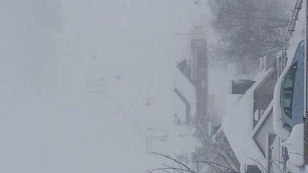 Es schneit schon die ganze Woche wie verrückt. Die Pisten sind daher, bis auf ein paar Stellen, super. Nur der Schneefall und der extreme Nebel trüben den Spaß.