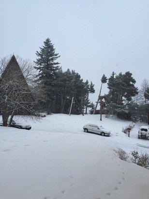 Il neige depuis 13h. Cela devrait continuer toute la nuit et également la journée de demain. La station en avait bien besoin.