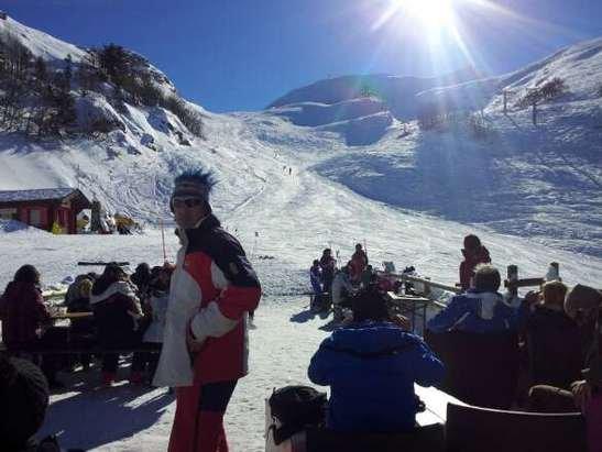 molta neve ma poco battuta e ammucchiata a bordo pista dagli sciatori dei giorni precedenti. giornata calda e con sole stupendo.