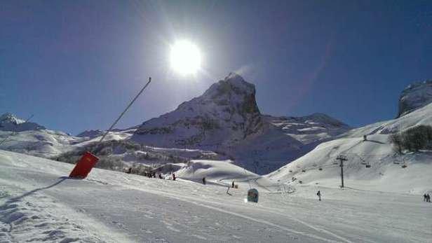 Que du bonheur  cette semaine.   Seulement 2 pistes fermées et les oeufs.  La neige est top et le soleil est là.