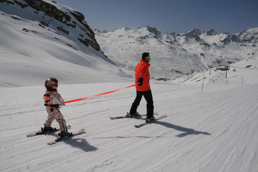 Le harnais Esyski est un judicieux accessoire premttant de faciliter et sécuriser l'initiation du ski auprès des enfants. - © Esyski