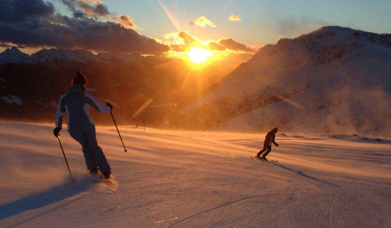 #TRENTINOSKISUNRISE - Sciare all'alba sulle piste dopo una colazione ricca e gustosa...in Trentino - © Visittrentino.it