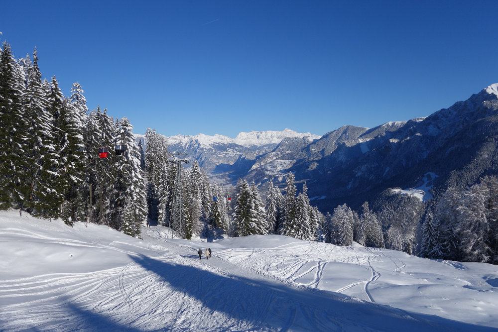 Nur Gondeln verdecken vereinzelft den Blick auf die wunderschönen Berge - © Chur Tourismus - Michael Christ