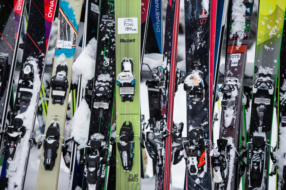 Un large panel de skis de peuf à tester en 3 jours... - ©  Liam Doran