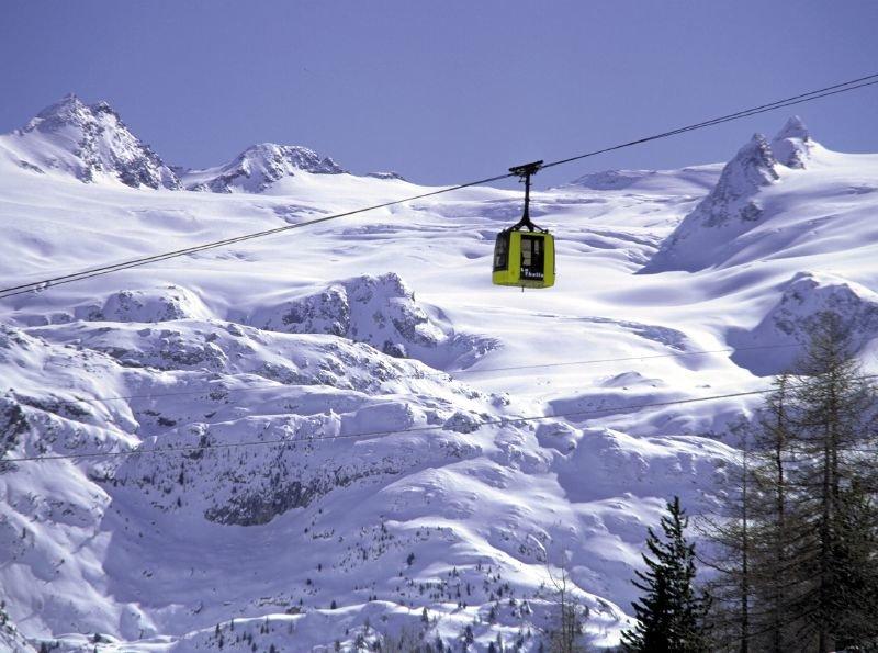 Lanovka v La Thuile prepravuje lyžiarov až na vrchol hory.