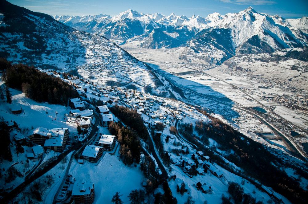 Vue sur la station de ski de Veysonnaz et les sommets environnants - © lafouinographe.com