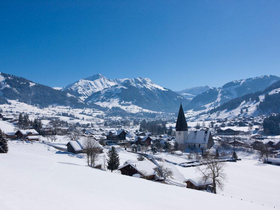 Vue sur la station de ski de Gstaad - © Gstaad Saanenland Tourismus