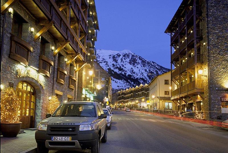 Večerný pohľad na ulice andorrskej Grandvaliry - © Grandvalira Tourism