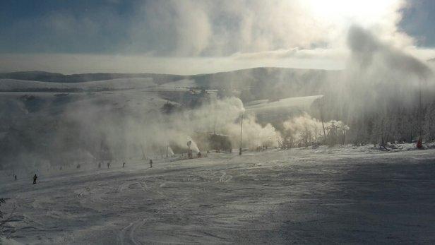Oberwiesenthal - Fichtelberg - Nur O'thal schafft es, einen traumhaften Wintersporttag kaputt zu machen! Volle Beschneiung bei laufendem Betrieb vertreibt auch die letzten Gäste. - © codolo2003