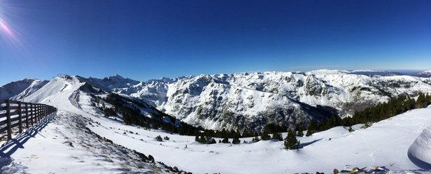Ax 3 Domaines - Superbe temps sans vent, bonne neige et quasi toutes les pistes sont ouvertes! - © Iphone de Rémy Barthés