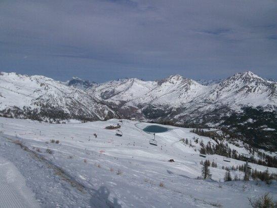 Serre Chevalier - un beau domaine skiable mais la neige n'est pas abondante. certains secteurs sont  presque impraticables. la météo est bonne, on se croirait au printemps. - © marcarole49