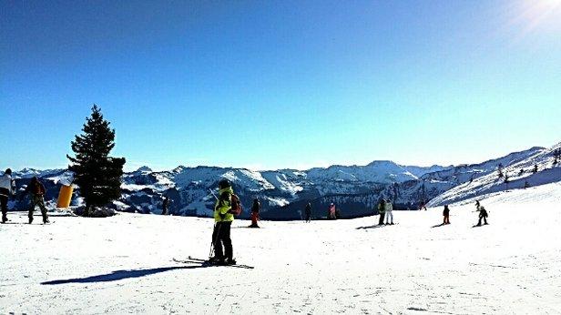 Ski Juwel Alpbachtal Wildschönau - Der Schnee schmilzt bei den Temperaturen...  Er ist sehr schwer und teilweise glatte Flächen.  Dafür tolle Aussicht...  - © aldona