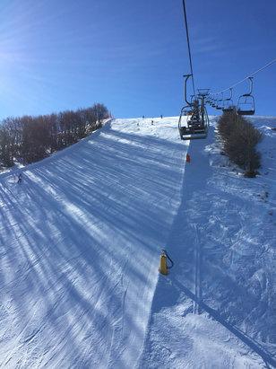 Campo Felice - Rocca di Cambio - È nevicato un po e per fortuna!!!!!! Soliti 20 cm di neve ma piste totalmente ghiacciate, non il massimo per lo snow!!!! Giornata meravigliosa con tanto sole - © iPhone (2)