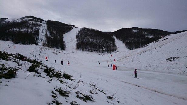 Campo Felice - Rocca di Cambio - Poca neve.. Bel tempo.. Temperatura gradevole ma elevata! In Pomeriggio la neve si è sciolta un bel po'!   - © Gab92