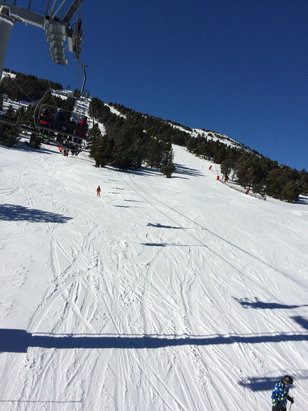 Les Angles - Soleil magnifique, de la neige impeccable en haut , soupe en bas l'après midi neige attendu cette nuit et demain  - © iPhone