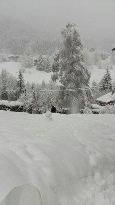 La Clusaz - Après une nuit ou la neige est tombé en abondance, ça pose encore sévère ce matin.  - © alexandre