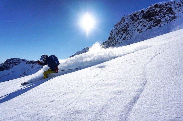 På Fannaråkbreen la det seg et fint lag med nysnø i helgen. Lite vind og upåvirket snø sørget for en herlig nedkjøring for disse gutta. Her kjører Martin Andersen. - © Vegard Fredheim