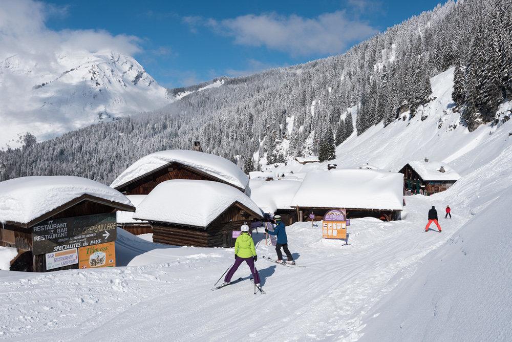 Lors de votre retour skis aux pieds jusqu'à Montriond, vous traverserez le village typique des Lindarets - © Yvan Tisseyre / OT Vallée d'Aulps