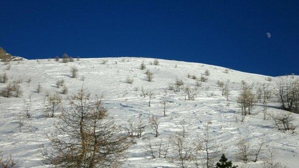 Les Orres - Pas ou peu de neige (de culture) tout en bas, mais en haut, c'est le TOP ! Félicitations à l'équipe des dameurs qui a fait un super boulot : malgré le peu de neige, les pistes ouvertes sont super agréables à skier ! Très beau temps, froid et sec, un peu de vent à partir de 15h. - © Raynald