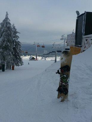Zieleniec Ski Arena - Dzisiaj mniejsza mgła ale za to silniejszy wiatr przez co dużo zimniej. Warunki na stoku ok. Miejscami lekkie przetarcia - © arturm0108