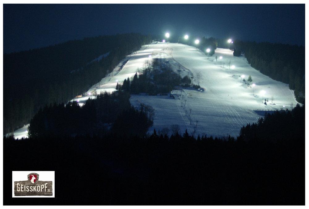 Das Skigebiet Geisskopf im Flutlichtpanorama - © Skigebiet Geisskopf
