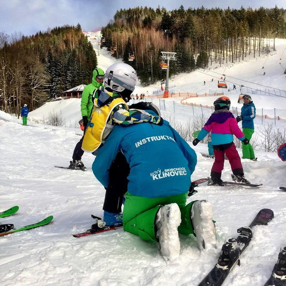 O nejmenší lyžaře se na Klínovic postarají zkušení instruktoři lyžařské školy - © Skiareál Klínovec facebook