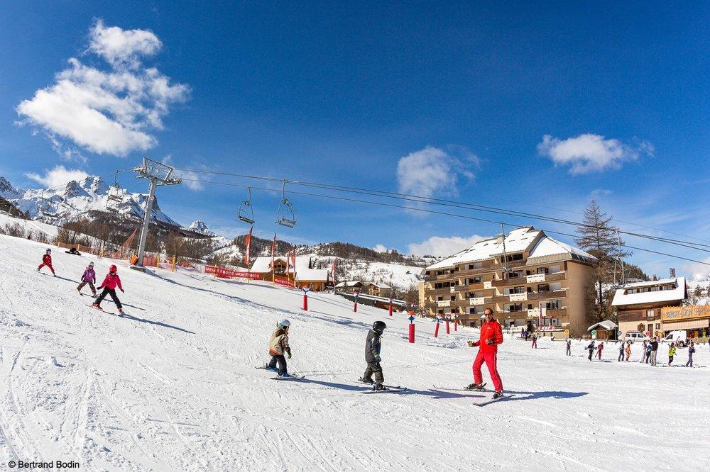 Apprentissage du ski sur les pistes du Sauze - © OT du Sauze