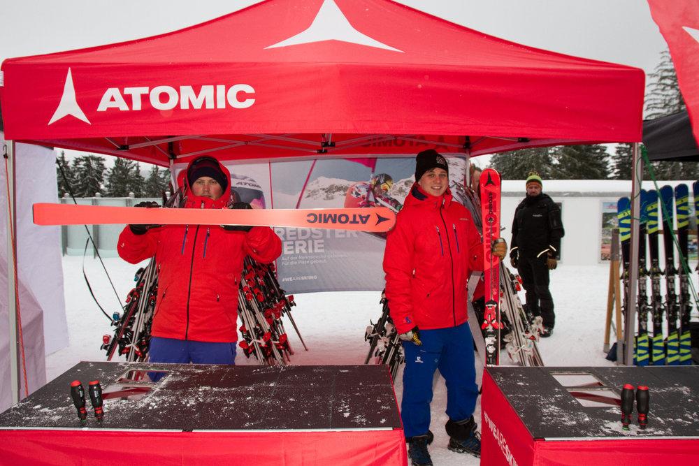 Die Jungs von Atomic zeigen beim All On Snow Skitest am Arber ihre neuen Ski für 17/18 - © Skiinfo