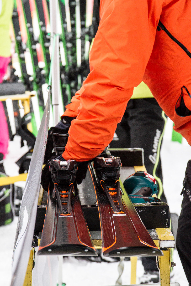 Ski-Einstellung am Stand von Blizzard - © Skiinfo