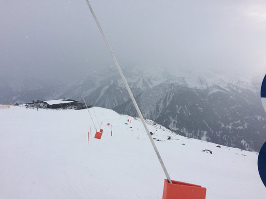 Mayrhofen - Light snowfall up the mountain.