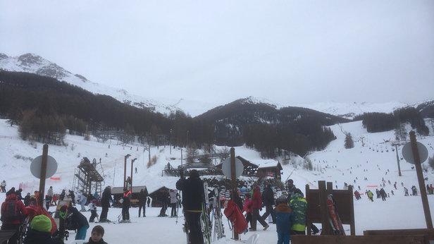 Les Orres - Beaucoup de pistes commencent à se découvrir sur le bas de la station à cause du manque de neige. Courage pour les vacanciers de la semaine prochaine. - © Arnaud
