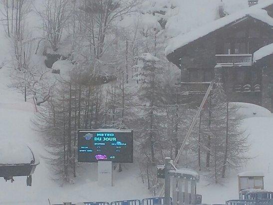 Sainte Foy Tarentaise - 2 jours que la neige ne s'arrete pas de tomber. plusieurs route on été bloqué dû aux avalanche. aujourd'hui il neige encore avec une visibilité pour le moment de 200metres en bas de la station.  - © sabatier.qentin