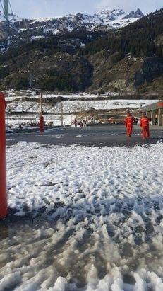 Val Cenis - qui veut de la soupe ? ...... La neige à tenu 48h pas plus.  le redoux fait tout fondre . - © Laurent L