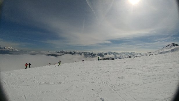 Flachau - Sulzschnee bis auf den Gipfel. Der Vökl Mantra ist ne gute Skiwahl heute.11 Uhr: Dünne Wolkenschicht zwischen 1500 und 1700m. Am Gipfel sonnig. - © Powderjunkie