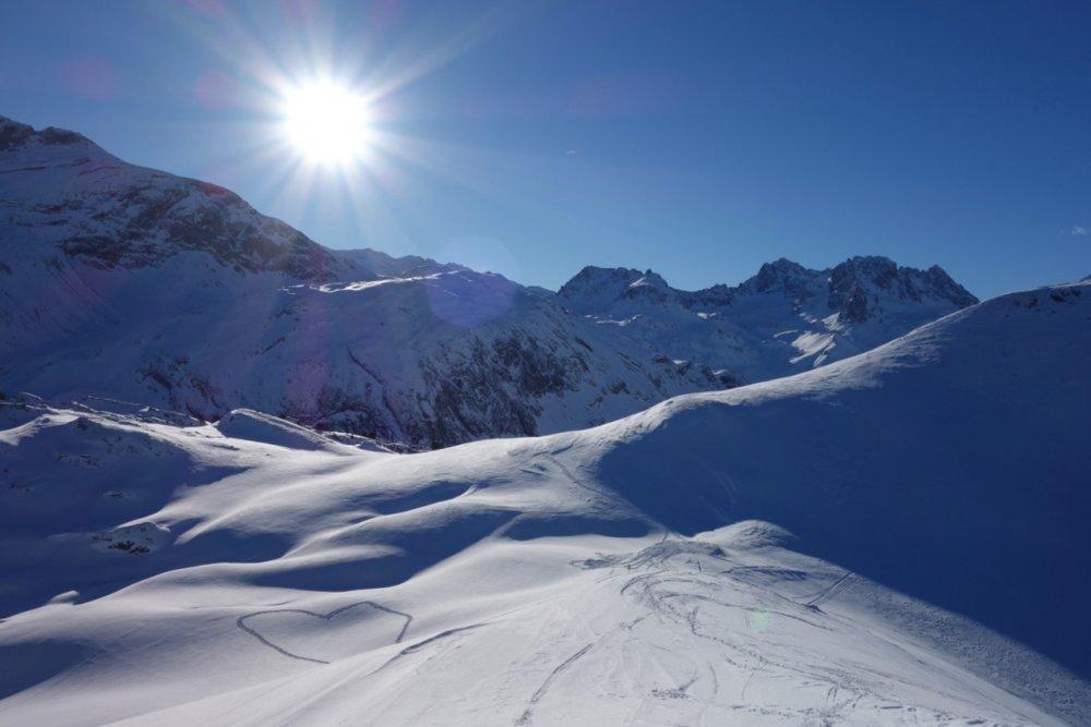 Første gondol opp og sola har allerede tittet over fjellene. - © Christine Amdam
