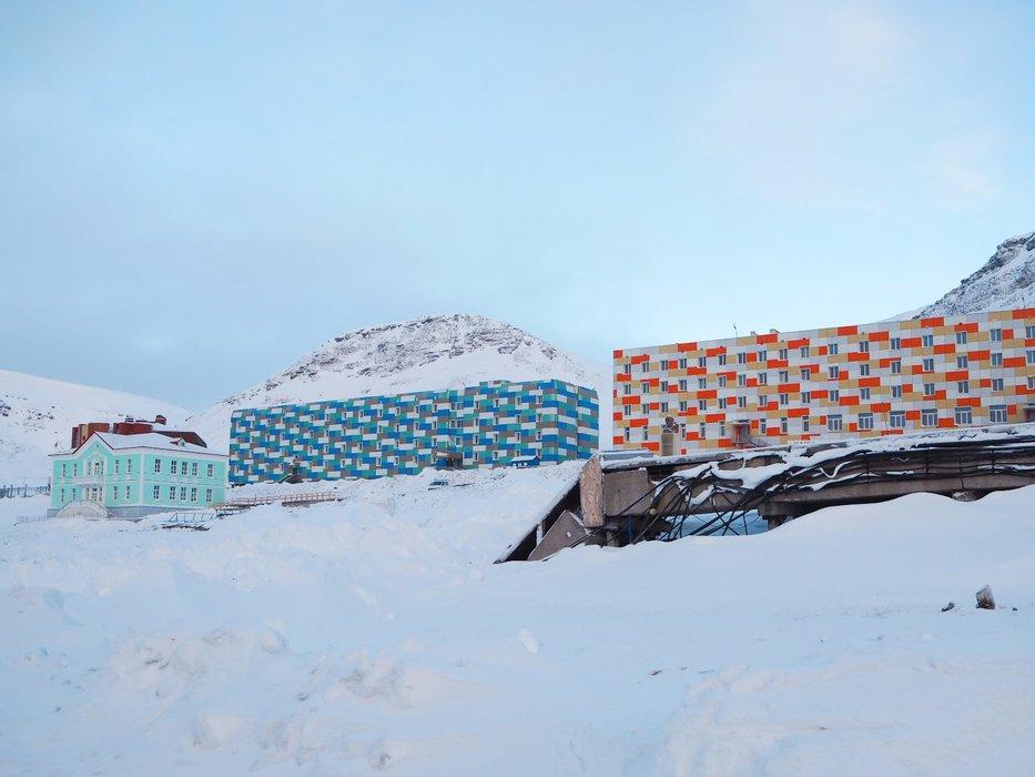Den russiske byen Barentsburg med ca 500 innbyggere er overraskende fargerik. - © Vigdis Skogly