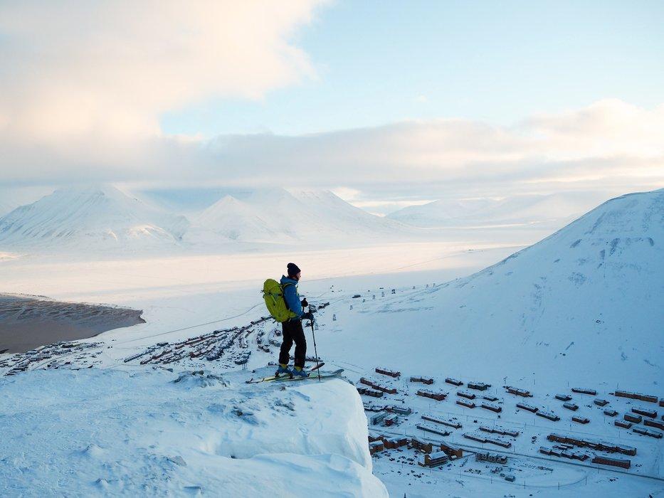 Utsikt over Longyearbyen - legg merke til det oransje huset som står på skeiva - det ble tatt av skred en drøy uke før dette bildet ble tatt. Vanvittige naturkrefter! - © Vigdis Skogly